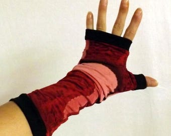 Fingerless mittens with red and black design