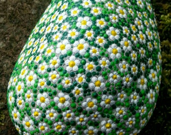Dot painting stone daisy loving Hand-painted river Pebble, weatherproof and UV resistant, 17 x 14 cm