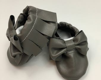 Gray baby moccasins with bow, grey baby shoes, non-slip baby shoes, gray baby moccs, grey newborn shoes, newborn moccs with bow, bow moccs