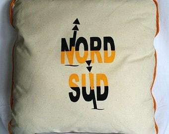 """Coussin """"Nord-Sud"""" en toile écrue passepoilée de jaune, décoré au pochoir d'un motif maritime"""