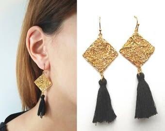16k gold plated rhombus mesh long earrings with black tessel