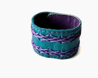 Bracelet in leather and woven.