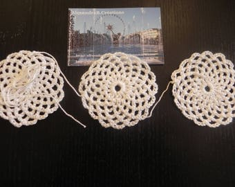 VINTAGE and IN: mix of 50 doilies crocheted enviton 6 cm wide