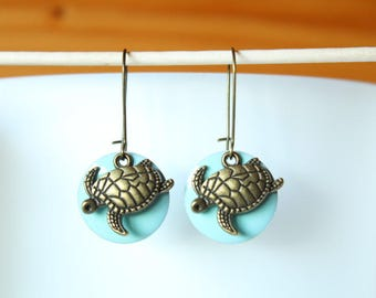 bronze earring with sequin enameled turtle and blue Mint