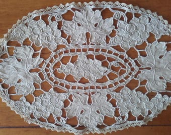 """Stunning FRENCH antique DOILY """"napperon"""", hand embroidered linen cutwork - lovely for boudoir cushion décor !"""