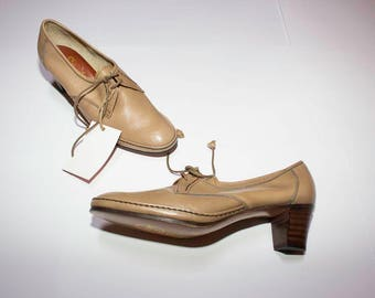 Vintage shoes beige with wooden heel and laces
