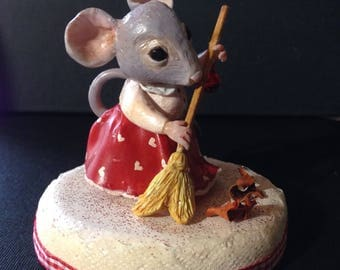 Topolina che spazza percterra/ Ooak lady mouse sweeping on the ground