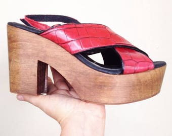 Vintage wood platform shoes in red alligator textured leather. Excellent condition. Euro size 39.