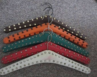 Vintage hangers skai leather with studs