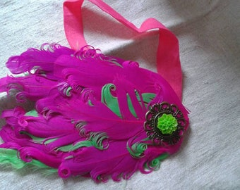 headband Fuchsia feathers green and adorned with a flower