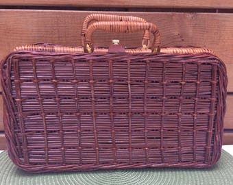 Vintage 70's woven wicker suitcase / briefcase. Miniature rattan suitcase with vegan leather strap and brass clasp. Decorative storage. Boho