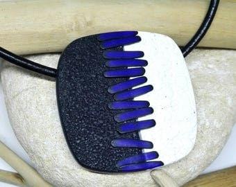 Colgante hecho a mano de arcilla polimérica con pieza blanco y negro texturizada y pequeñas en azul klein