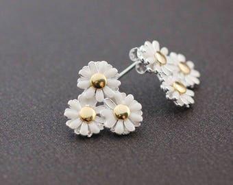White Daisy flowers blossom studs earrings, flower post earrings, white flower blossom earrings, Flower Bouquet earrings