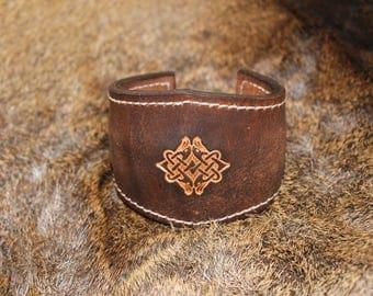 Engraved leather, closure way torque bracelet