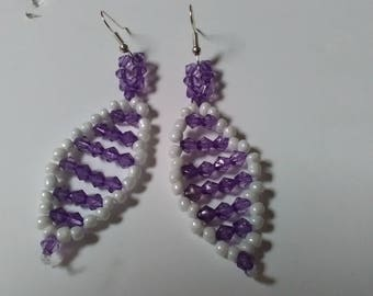 earring beads purple and white. This pair of earrings can be worn in any occasions.