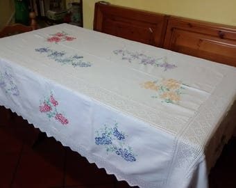 Table in pure antique cotton dating back to the 40 years embroidered by hand with inserts and lace made of crochet.