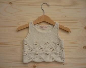 Short sleeveless sweater ecru (2 years / 24 months), hand-made in Merino Wool and alpaca