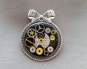 Round Retro bow brooch in resin and watch parts (Steampunk)