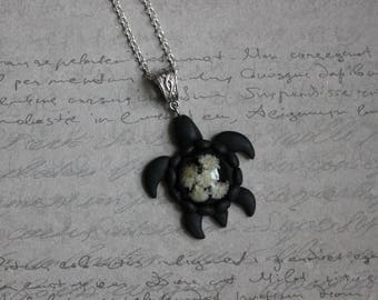 Necklace 62 cm + pendant turtle small size resin black and white baby's breath