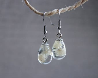 Small earrings drop 1.5 cm white resin inclusion of baby's breath