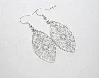 Earrings white and silver almond-shaped lace effect