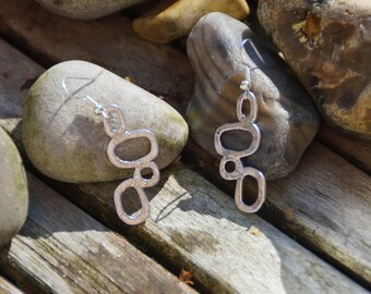 Earrings made with a silver geometric pattern