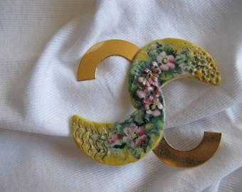 Painted porcelain and gold metal pin