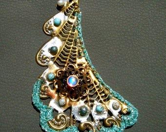 The blue city Leonid Jodhpur leaf pendant