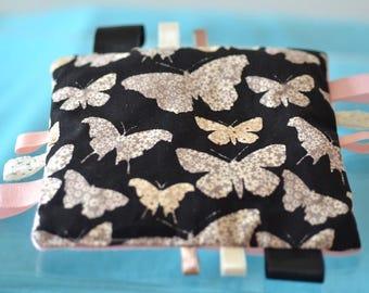 doudou étiquettes motif papillons, noir, beige et rose, rubans assortis