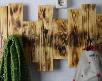 Garderobe aus Europalette  / Holzgarderobe / Garderobenleiste / Garderobe mit abgeflämmter Oberfläche / Einzelstück / Unikat