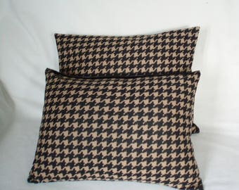"Black and Tan houndstooth foot ""Briançon"" printed cushions"