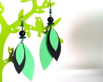 * Black and green feather earrings *.