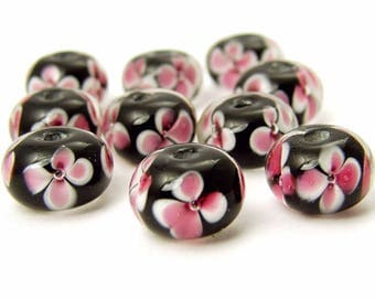 2 beads 12x8mm flowers / white rose on black background