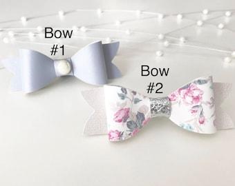 Set van 2 bogen || Pearly tinnen Grey || Witte bloemen || Faux leder || Hoofdband of Clip