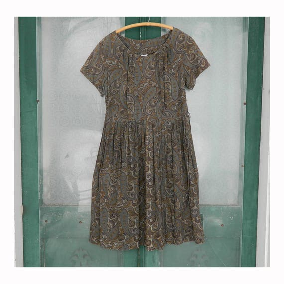 Vintage 1950s Ann Taylor Short-Sleeve Casual Dress in Gray/Gold/Purple Paisley Print Cotton
