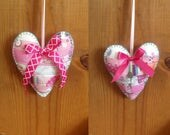 Peluche Patchwork coeur ornements/suspension Decor/Saint-Valentin avec une couleur rose chaud feutre support