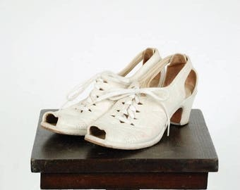 Memorial Weekend Sale - Vintage 1940s Shoes - Sporty Off White Leather Peeptoe Early 40s Oxfords with Cutout Heels Size 7.5 N