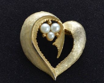 """On sale Pretty Vintage Brushed Gold tone, Faux Pearl Heart Brooch, Pin, """"Roma""""  (W14)"""
