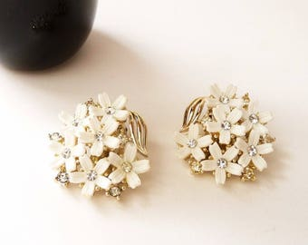 NEW  Vintage Petite White Lisner Flower Earrings with Rhinestone Centers Gold Tone Setting 1 Inch Round
