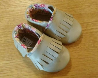 Baby girls shoes, Metallic sand leather fringed moccasins size 5/ 12-18 months, soft soled
