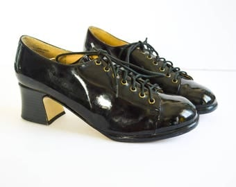 PVC PATENT SHOES. 90's Vintage Lace Up Shoes. Round Toe.  80's 90's Grunge Mod Hipster. Size 8 1/2. Vegan Leather Bowling Shoes.