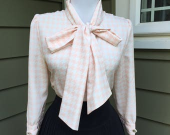 Flirty 1950s 1960s Pink & Off White Houndstooth Plaid Button Down 3/4 Sleeve Blouse w Pussy Bow Ascot Tie Neck