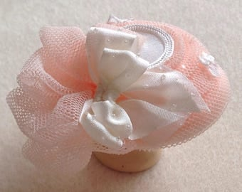 Pretty 1/12 scale handmade dollshouse miniature ivory silk and pretty peach net hat