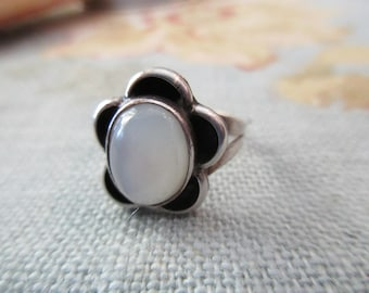 vintage sterling silver ring - flower, mother of pearl, size 6
