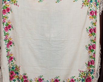Vintage shawl. Fringed coverlet, tablecloth scarf Wedding shawl. Babushka Russian Hustka chale foulard russe, scialle fiori, ukrainian scarf