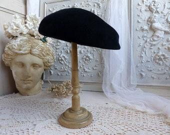 French vintage ladies black velvet beret. Woman's deluxe black velvet french beret. 1950-60. Paris chic couture. Mossant ladies dress beret.