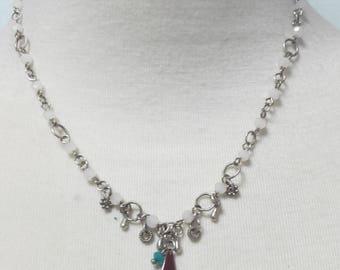 Collier en assemblage de petites perles de verre