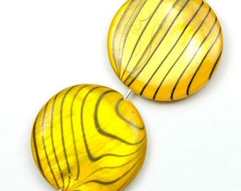 X 5 mother of Pearl puck beads yellow striped 20mm black