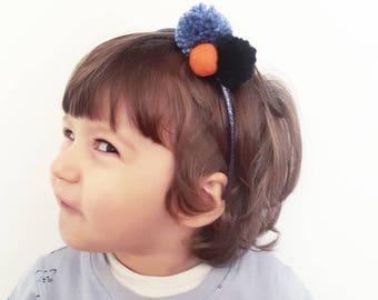 """Serie """"Glitter"""": cerchietto per capelli fatto a mano con pompon blu"""