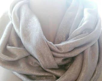 Foulard snood en lin argent. Snood femme brillant. Echarpe infinie, tour de cou, écharpe tubulaire. Maille de lin argentée. Snood doré. Or
